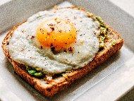 Рецепта Сандвичи с гуакамоле и яйца на очи
